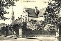 V popředí dům stavitele Fridricha Fuldy v Albrechtových alejích