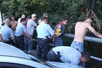 Policie připravuje útočníky k převozu na oddělení k výslechu.
