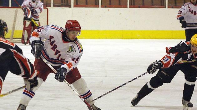 Karvinští hokejisté (v bílém) boří v play off papírové předpoklady.