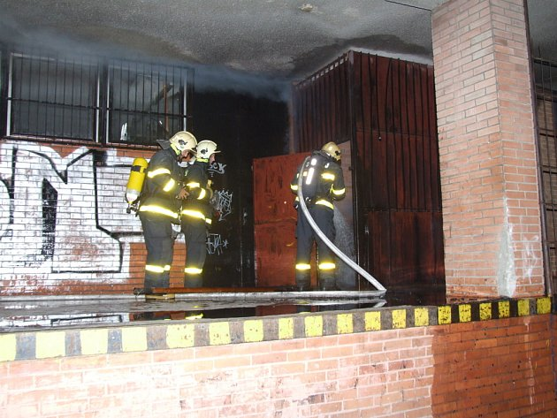 Požár skladu papíru u střediska Blesk