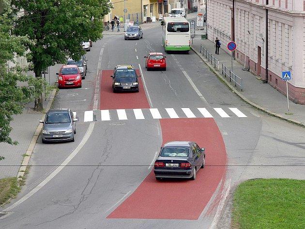 Povrch červeného koberce zkracuje brzdnou dráhu.