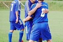 Fotbalisté Petrovic se radují, znovu vyhráli.