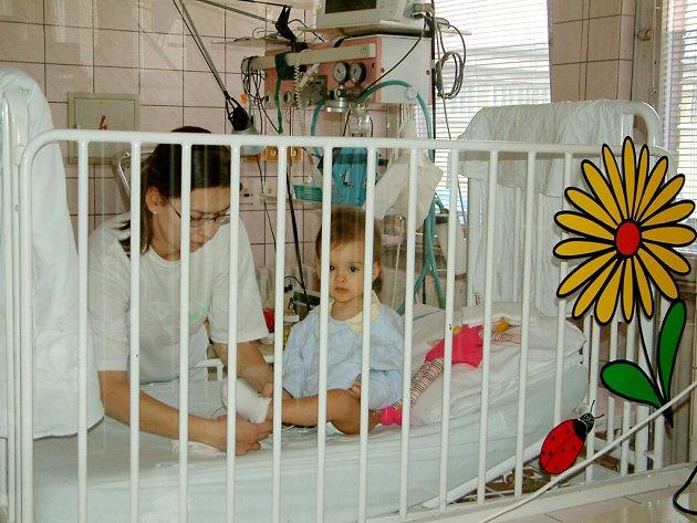 Nutný pobyt v nemocnici mohou s dítětem trávit i rodiče.