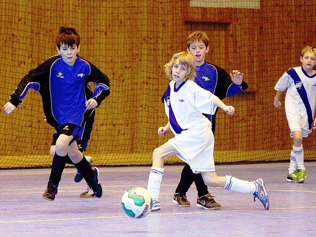 O víkendu startuje v hale MFK (Kovona) seriál halových turnajů mládeže v kopané.