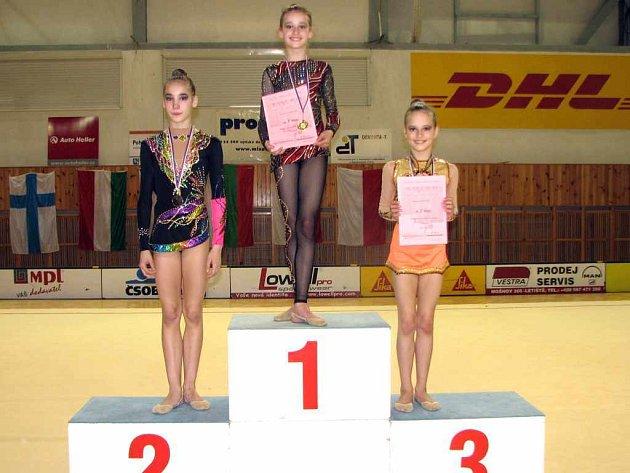 Medailistky v kategorii naděje starší (zleva) stříbrná Blanka Žáková, zlatá Barbora Kundelová a Markéta Klusová.