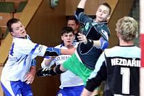 Filip Rzepecki (s míčem) pálí na bránu Velké Bystřice v utkání mladších dorostenců Baníku.