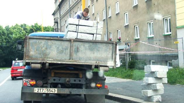 Řidič sbírá vysypané obrubníky