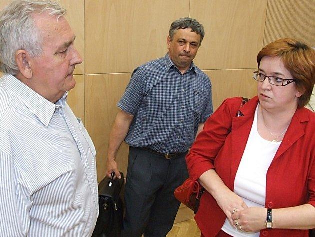 Zastupitelé Miroslav Švábek (vlevo) a Josef Macura debatují s advokátkou Janou Hamplovou, která nedokázala podat návrh k soudu včas.
