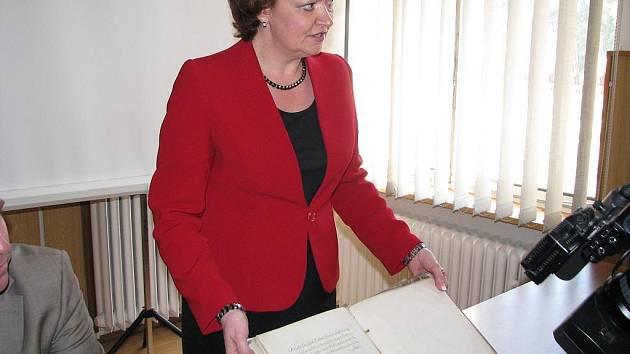 Vzázný kopiář je zpátky v karvinském státním archivu. Na snímku si ho prohlíží ředitelka archivu Irena Hajzlerová.