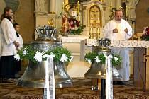 Věřící mohli během bohoslužby obdivovat nové zvony, které byly vystaveny před oltářem.