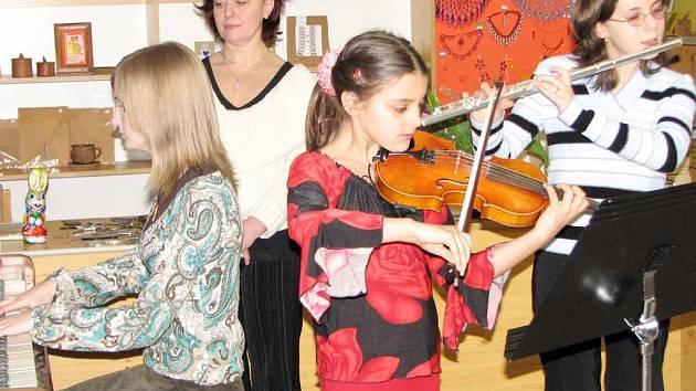 Barokní sbor ve složení Ellen Klodová, Veronika Svobodová a Magdalena Danelová s učitelkou Martou Ondruškovou.