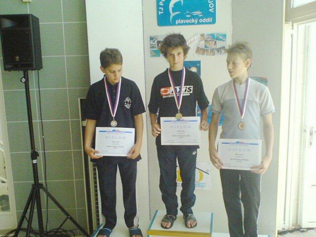 Radim Vrtělka (vlevo) na stupních vítězů. Na prsařské dvoustovce skončil druhý.
