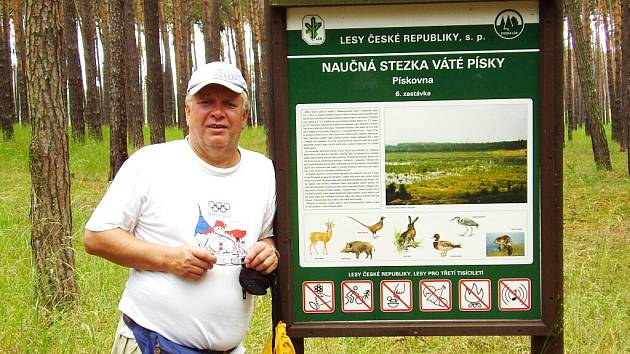 Josef Čigelský při čtvrtém ročníku letního srazu zimních táborníků. Turisté se prošli národní přírodní rezervací Váté písky (na snímku).