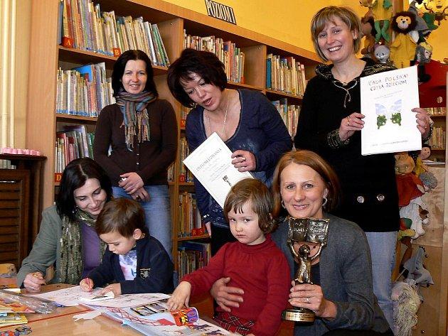 Knihovnice se radují z ocenění, které získaly za úspěšnou kampaň Celé Polsko čte dětem.