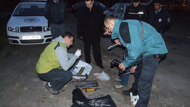 Policisté dokumentují nářadí uhořelého zloděje