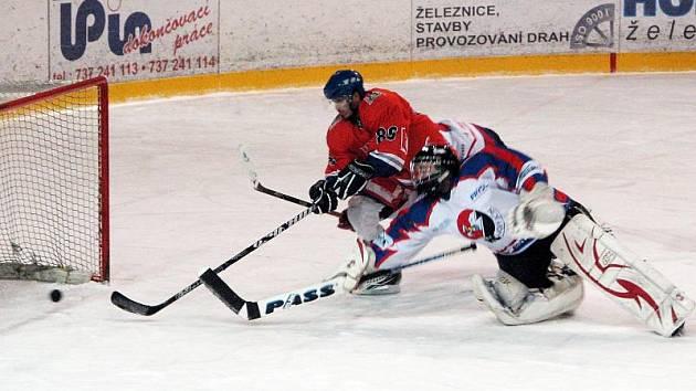 Michal Zakuťanský (v oranžovém) střílí první branku Karviné na ledě Nového Jičína B.