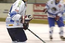 Orlovští hokejisté (na ilustračním snímku Hegegy) si přivezli tři body z Uničova.