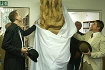 """Skulpturu s názvem """"Zakletá""""od Ivana Tachezyho dostala bohumínská knihovna jako dar k 85-tiletému výročí existence."""