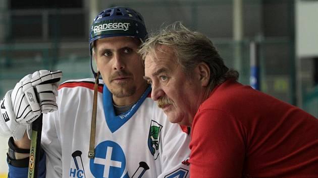 Co teď? Jako by si říkali jedna z opor HC Karviná Marek Ivan (vlevo) a kustod karvinského mužstva Petr Skulina.