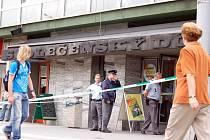 Před havířovským Společenským domem uzavřela policie po vraždě náměstka neprodyšně prostor.