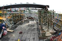 Ocelová konstrukce nového skřečoňského mostu je už na místě stavby.