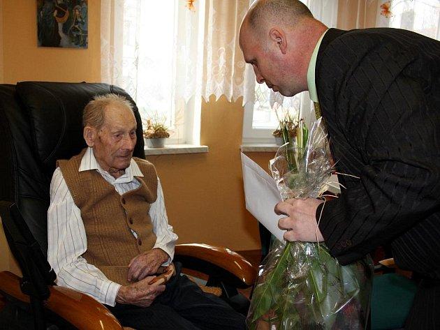 Pan Albín Hrabiec v úterý v českotěšínském domově seniorů oslavil sté narozeniny.
