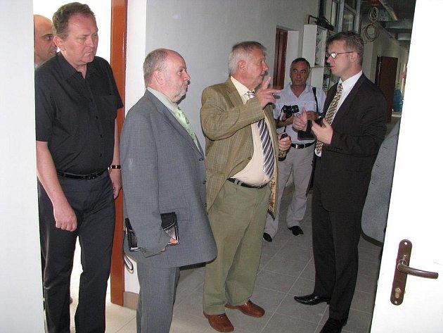 Vedení města si prohlédlo novou policejní služebnu v Orlové-Porubě, kde právě končí stavební práce. Služebna by se měla slavnostně otevřít 1. září.