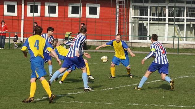 Fotbalisté Stonavy (ve žlutém) deklasovali doma Brušperk.
