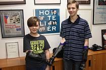 David Blažejovský a Jan Kříž si bionické ruce převzali 4. ledna v sídle nadace.