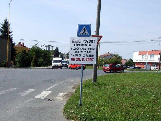 Na uzavírku už začaly motoristy upozorňovat cedule.