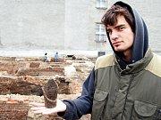 Práce v terénu v místě slovanského hradiště v Chotěbuzi–Podoboře.