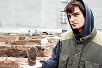 Keramický pohár z 15. století nalezli loni mezi jinými archeologové ve Starém Bohumíně. Kopali na místě, kde stál měšťanský dům a kde se nyní staví nový objekt.