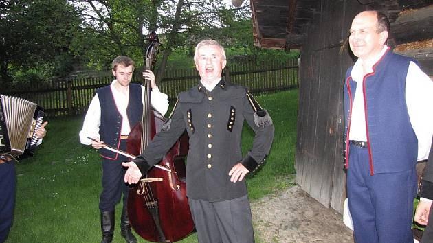 Kotulova dřevěnka byla plná zpěvu a muziky