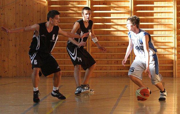 Basketbaloví junioři Karviné bojují o play off.