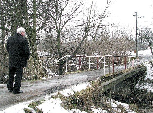 Přes most se nesmí jezdit ani chodit