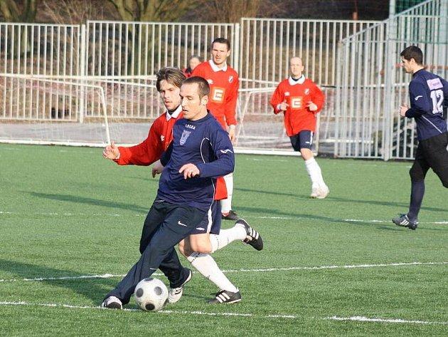 Miroslav Matušovič (u míče) rozhodl přípravné utkání Havířova s Dětmarovicemi jediným gólem zápasu.