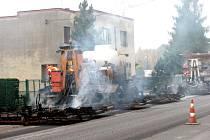 Pro kvalitní asfaltový povrch se musí silnici řádně rozehřát plynovými hořáky na pojízdných strojích.