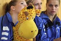 Volejbalistky Karviné na střídačce se svým maskotem.