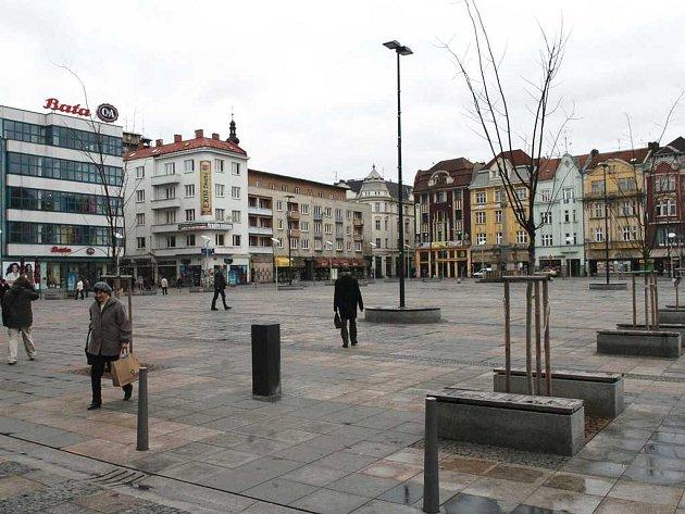 Stromy na náměstí jsou prý nevyhovující.