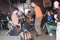 The Neoromantix postoupili i díky tomu, že si neváhali při produkci lehnout na podlahu Jazz clubu.