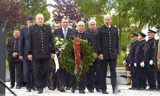 V Karviné proběhl ve čtvrtek před budovou Obchodně podnikatelské falukty Slezské univerzity pietní akt, na kterém uctili zástupci OKD a krojovaných horníků památku mužů, kteří při práci v dole zahynuli.