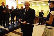 Primátor Havířova František Chobot právě otevírá Kulturní dům Radost.