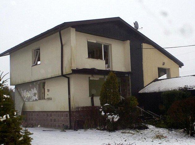Výbuch značně poškodil celý rodinný dům