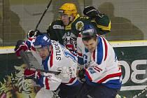 Karvinští hokejisté (v bílém) si dovezli ze vsetínského Lapače bod.