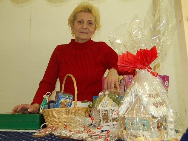 Jarmila Sztarková se svými vánočními výrobky.
