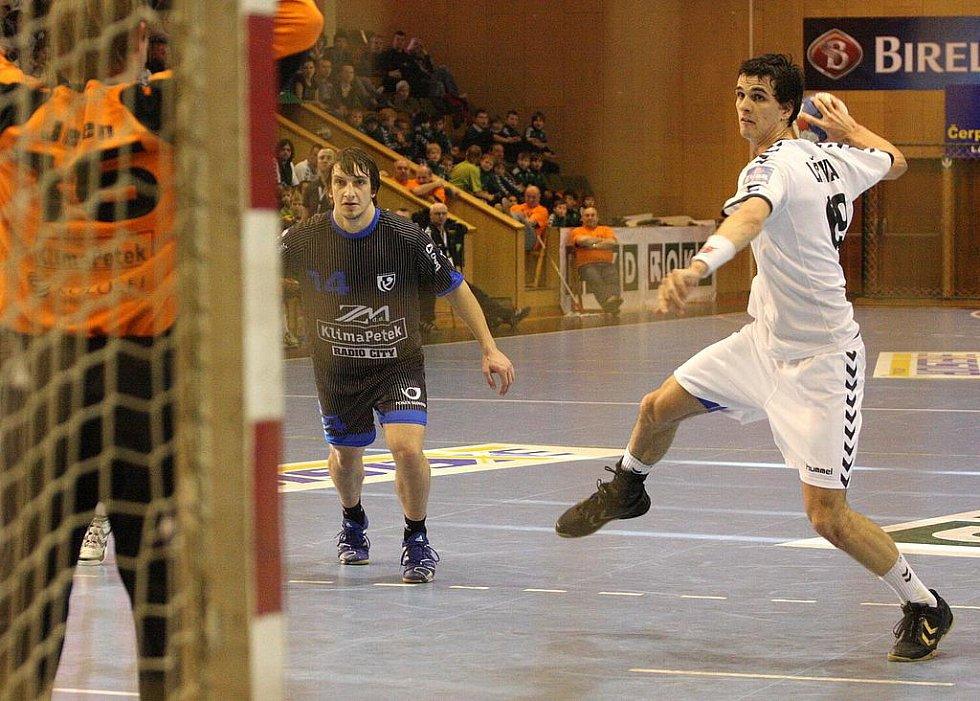 Krzysztof Lyžwa (v bílém) - nejlepší hráč utkání.