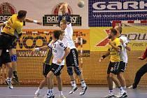 Házenkáři Karviné (bílé dresy) vyhráli nad Lovosicemi těsně o tři branky.