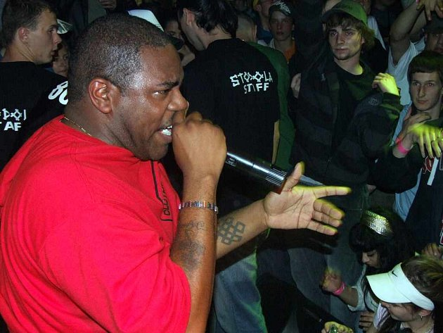 Zcela zaplněná Stodola byla vystoupením amerického rappera Nironica nadšena.