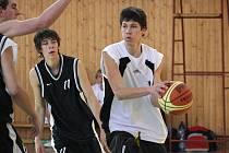 Miloš Bisaha (s míčem) a jeho spoluhráči vybojovali stříbrné medaile z ligy mladých mužů.