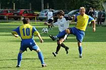 Stonavští fotbalisté (modrožluté dresy) vyhráli turnaj, který sami pořádali.